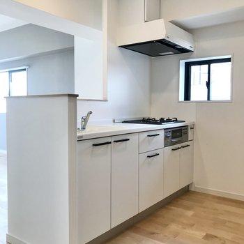 【LDK】対面型のキッチンはホワイトで清潔感がありますね。