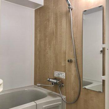 浴室も木目調でナチュラルに。