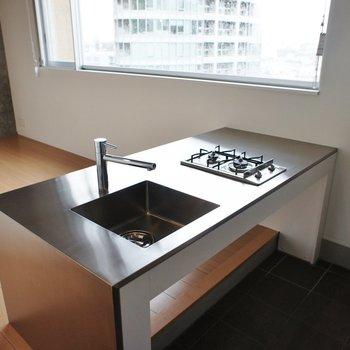ステンレスのキッチンがカッコいい!※写真は5階の同間取り別部屋のものです