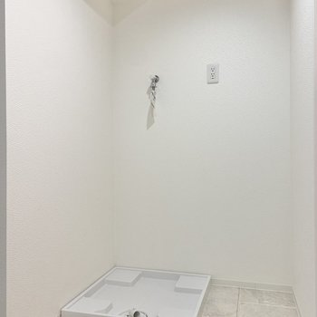 洗濯機置き場の横には棚も置けそう。洗剤やタオルなどを収めておきたい。