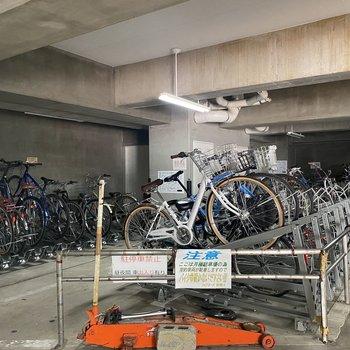 駐輪場は1階部分にありますよ。