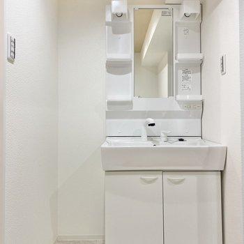くるっと反対には洗面台。広々で収納もしっかりありますよ◯