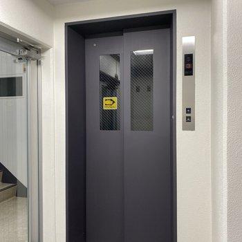 お部屋まではエレベーターですいすいです!
