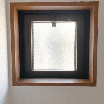 小窓も木のウッドフレームが◎