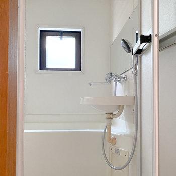 スリムな浴室ですが、小窓が付いて気持ちよく入浴できそう。