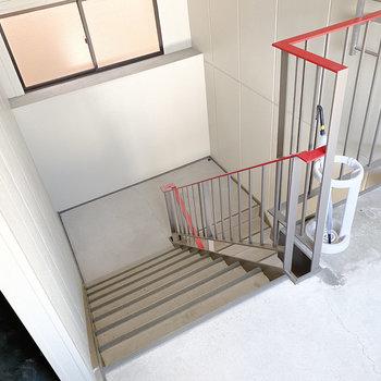 お部屋まではこちらの階段までどうぞ。