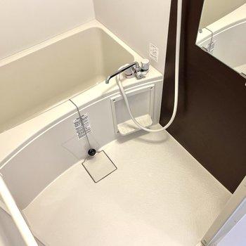 浴室にもダークブラウンが。