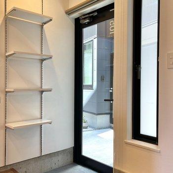 玄関です。こちらの棚板も可動式ですよ。