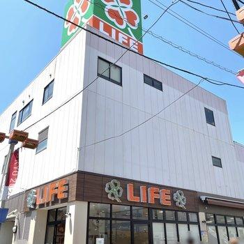 駅前のスーパーです。