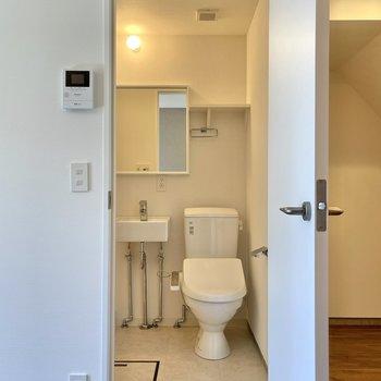 トイレの上にはちょっとした棚も。