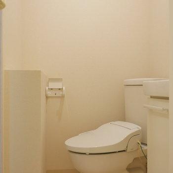 トイレも脱衣所にあります。(※写真は別棟2階の同間取り別部屋のものです)
