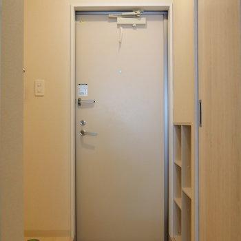 その先、玄関スペース。(※写真は別棟2階の同間取り別部屋のものです)