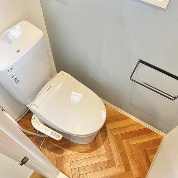こちらもおそろいのヘリンボーン。温水洗浄付きで、設備もしっかり充実しています。