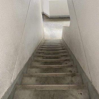 お部屋までは階段で。2階なのでそこまで疲れませんよ!