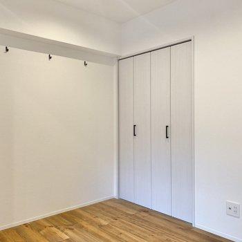 〈洋室〉壁についたフックや収納の取っ手のデザインも上品な感じ。