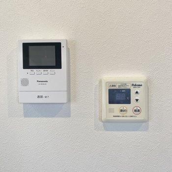 キッチンのむかいには給湯ボタンと、モニター付きインターホン。設備面も充実しているみたい◎