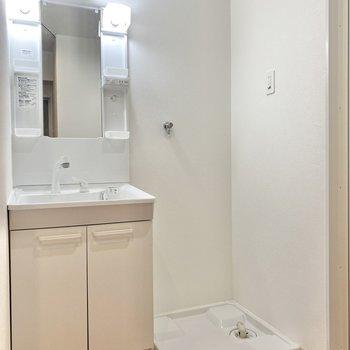 隣同士に並んだ洗面台と洗濯物置場。朝の準備はここで!