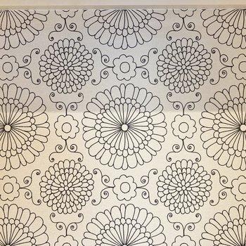〈洋室〉収納のクロスは大きな花柄!服の奥にちらっと見える、想像するだけで可愛いな〜