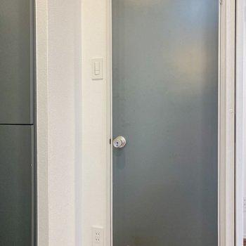 トイレの扉も可愛らしい色なんですよ◎