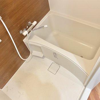 奥に続く浴室はゆったりサイズ。1日の疲れをしっかり癒やしてくれそうです。