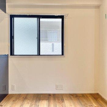 食器棚なんかはお隣に並べてもよさそう。窓を塞がないようにご注意を。