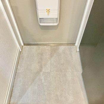 玄関は少々コンパクト。脱いだ靴はすぐに収めましょう!