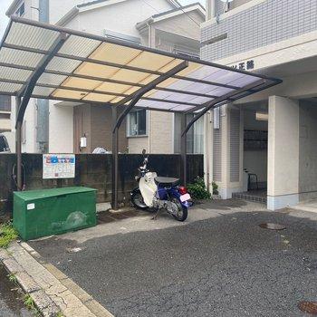 駐輪場は入口前に。屋根付きが嬉しいな!