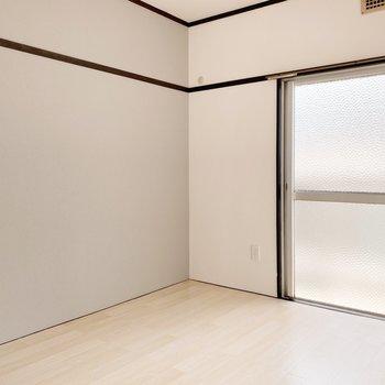 【南側洋室】キッチンとは対象的な穏やかなグレーのクロス。ゆったり落ち着いた気持ちになれそう。