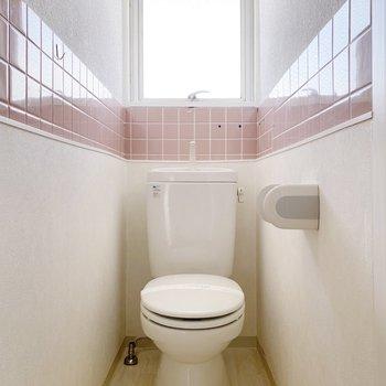 ピンクのタイルがキュートなトイレ。トイレマットも淡いピンク色にしようかな。