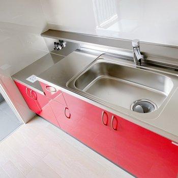【ダイニング】真っ赤なキッチンはシンク広め。ちゃんと、情熱注げる広さですよ。