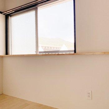 【北側洋室】窓際には2人で行った旅行先のお土産を飾ろうかしら。