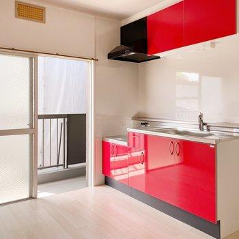 【ダイニング】真っ赤なキッチンに料理に対する情熱を感じます。
