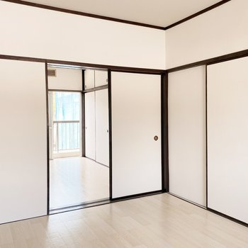 【北側洋室】引き戸を開けておくと開放感がありますよ。