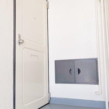 玄関前はコンパクト。傘立てなどはお部屋に入れておきましょう。