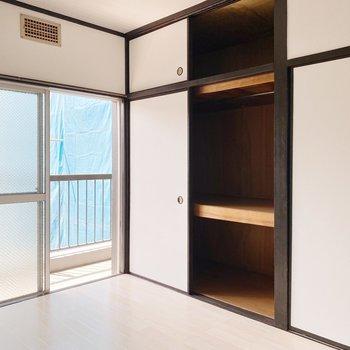 【南側洋室】こちらのお部屋には押入れ付き。脚立があると、上側もしっかり使えそうです。
