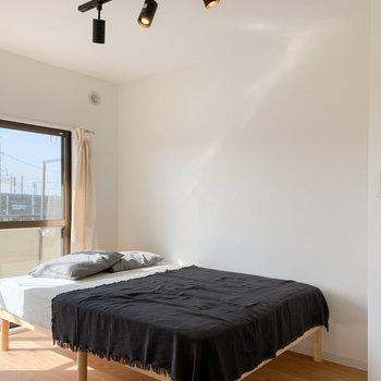 寝室にも光が・・・無垢床の居心地の良い空間です。※写真はモデルルームになります