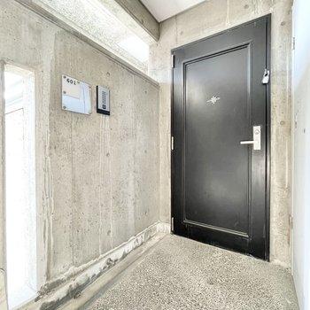【共用部】ブラックのドアは重厚感があります。