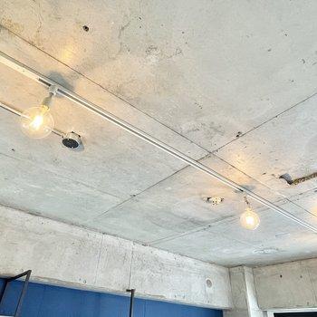 ライティングレールには好みの照明をつけることもできますよ。