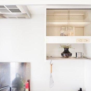 戸棚には食器や調理器具を置いてみます。