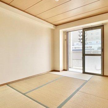 お隣の和室へ。やっぱり畳はゴロゴロしたくなりますねぇ。