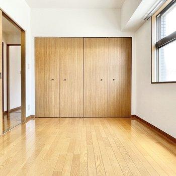 【洋室②】ここは寝室兼収納部屋としても良さそう。