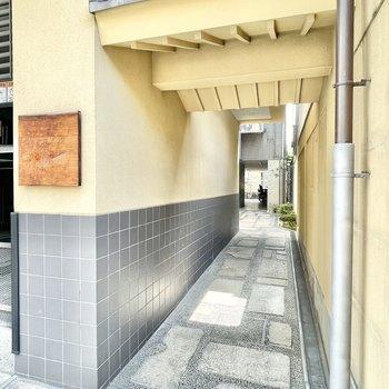 【共用部】エントランスは京町家のような雰囲気。