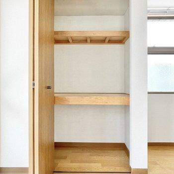【洋室①】季節モノの家電の収納などに。※エアコンも設置されますよ!