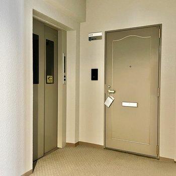 【共用部】エレベーターを降りてすぐ!このお部屋だけちょっと独立したような形。