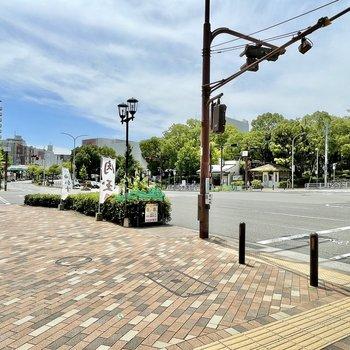【周辺環境】大倉山駅の駅前は大きな交差点。緑が多くて、図書館や公園などが集まっています。
