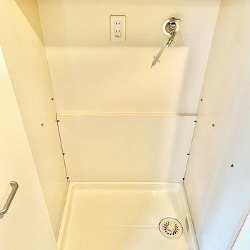 洗濯機置き場、ここにありました!しっかり棚板付き。