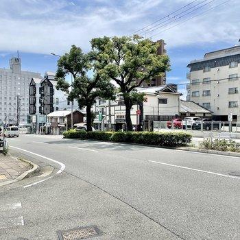 【周辺環境】マンションのそばにはなだらかな坂道があり、ここを降っていくと高速神戸駅に着きます。