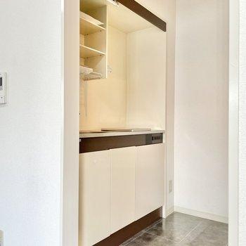 右奥にコンセントがあり、小さな冷蔵庫を置けそうでした。