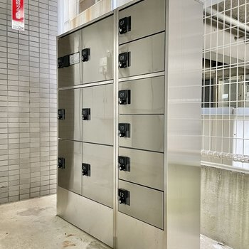 【共用部】宅配ボックスはエントランスではなく、駐輪場への通路の脇にあります。