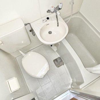 お風呂はギュッと3点ユニット。※撮影にフラッシュを使用しています